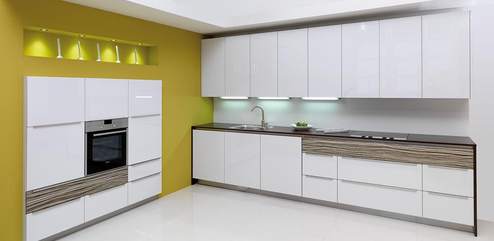 Küchenzeile mit weißen Lackfronten