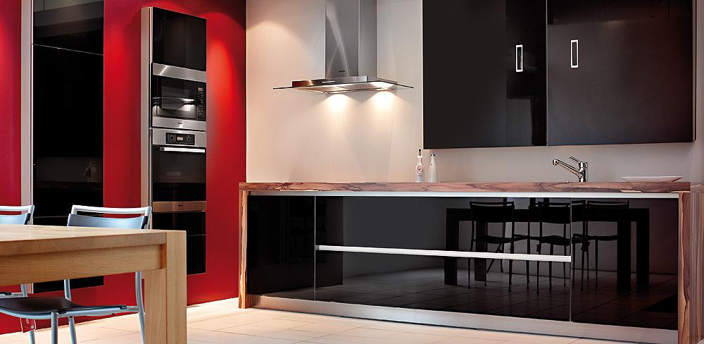 Küchenblock mit schwarzen Glasfronten