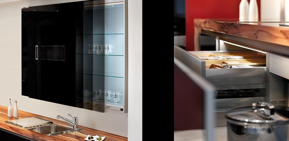 Details Küchenblock mit schwarzen Glasfronten