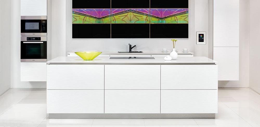 weiße Küche mit Glasmalerei