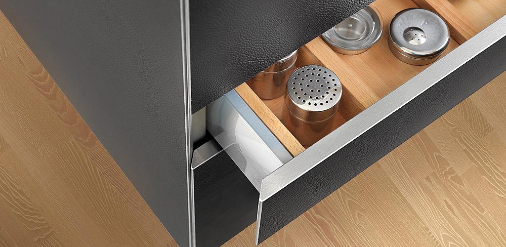 Auszug Design Küche mit schwarzen Lederfronten