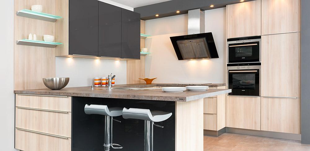Küche mit Holzdekorfronten
