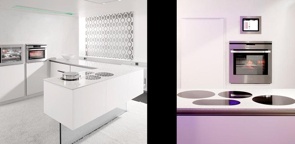 Details weiße Einbauküche mit Glasfuß
