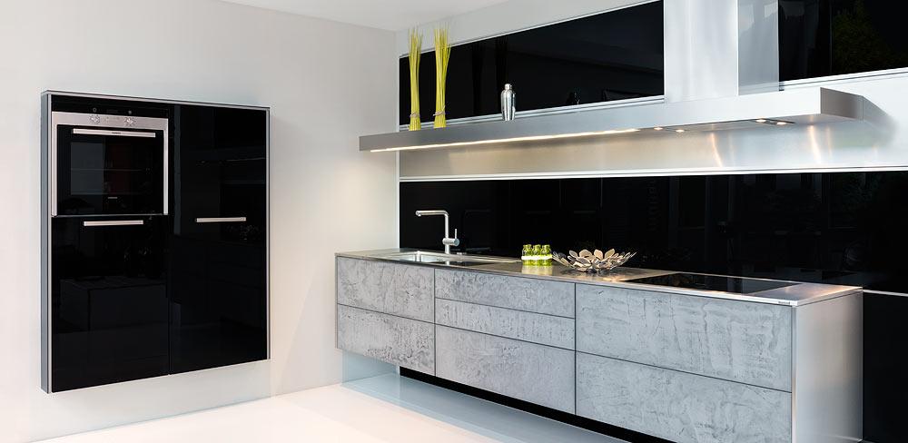 schwarze Küche mit Edelstahl Arbeitsplatte