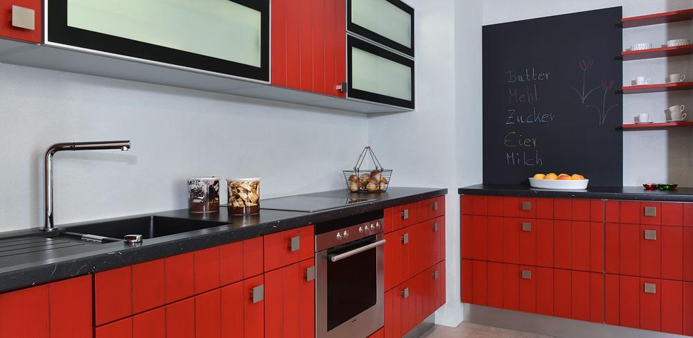 Landhausküche mit roten Holzfronten