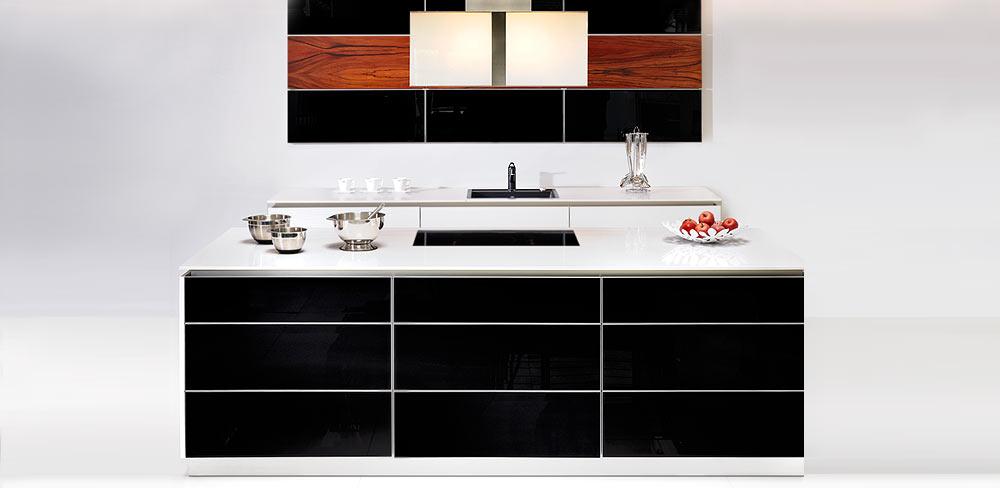 Designküche mit schwarzen Fronten
