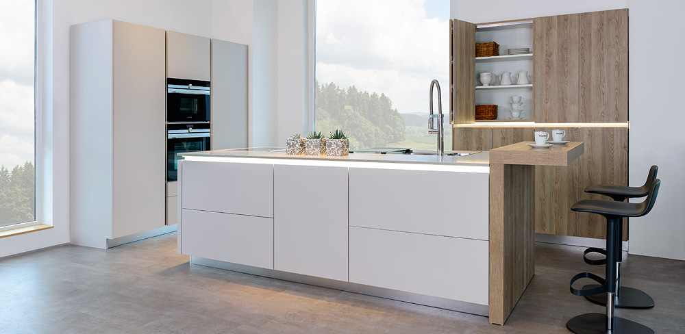 weiße Küche mit Holzdekorfront