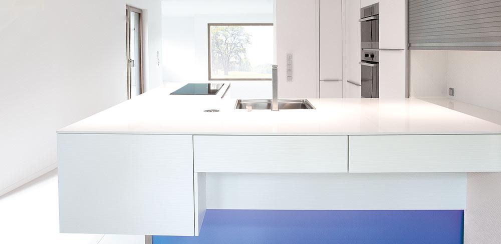 weiße Einbauküche mit Glasfuss